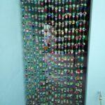Tenda fatta con tappi di bottiglie di plastica